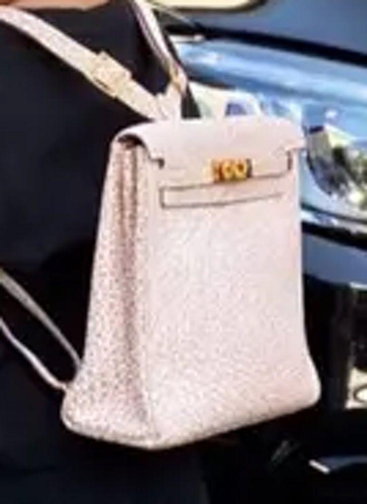 mochila stormi4 - Kylie Jenner envió a Stormi al colegio con lujosa mochila. Lleva 12 mil dólares en la espalda