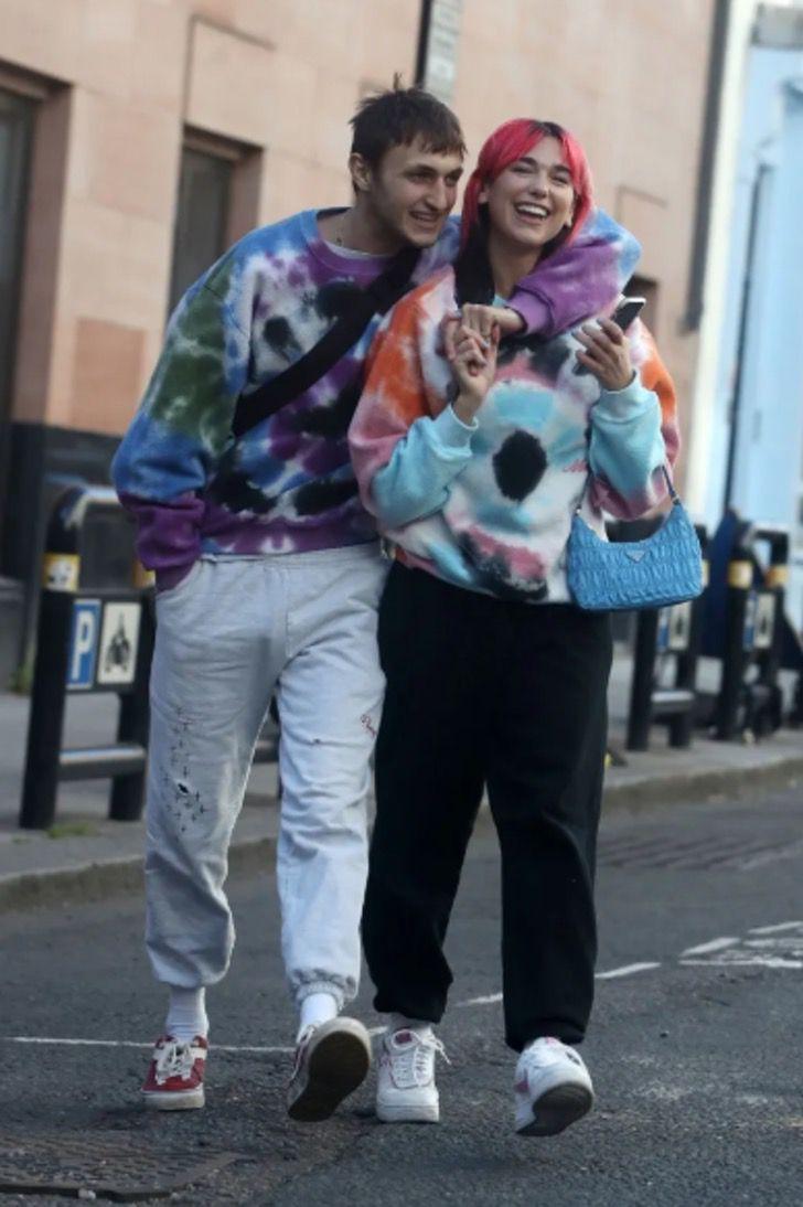 parejas famosos visten igual6 - 18 parejas de famosos que les encanta vestirse igual. Katie Holmes y su novio parecen gemelos