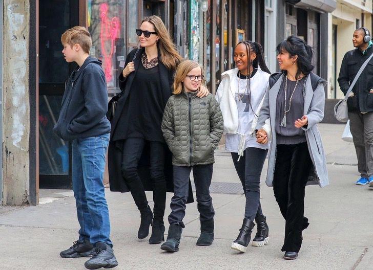 diferencias angelina brad5 - 16 fotos de la diferencia entre cómo se lleva Angelina Jolie con sus hijos y cómo lo hace Brad Pitt