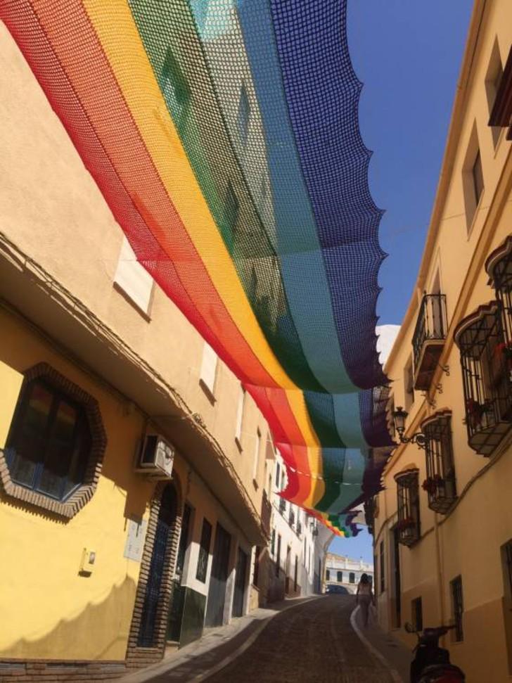 Bandera LGTB instalada 1 - Vecinas españolas tejen bandera gay de 50 metros para cubrir su calle. Mostraron su colorido apoyo
