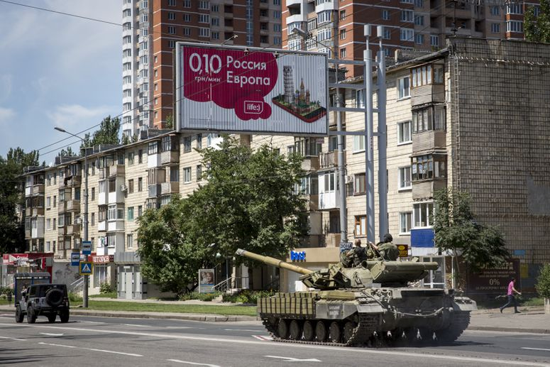 Separatist rebels operate a tank in eastern Ukraine (Rob Stothard/Getty Images)