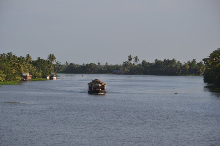 https://i0.wp.com/cdn2.walkthroughindia.com/wp-content/uploads/2012/10/Backwaters-of-Kerala.jpg
