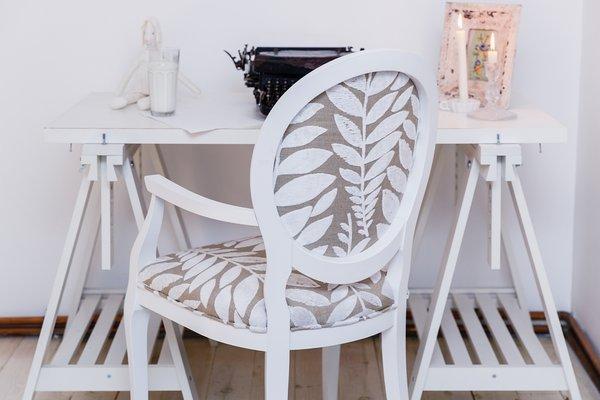chaise blanc pur avec accoudoirs et tissu designers guild de photoliu