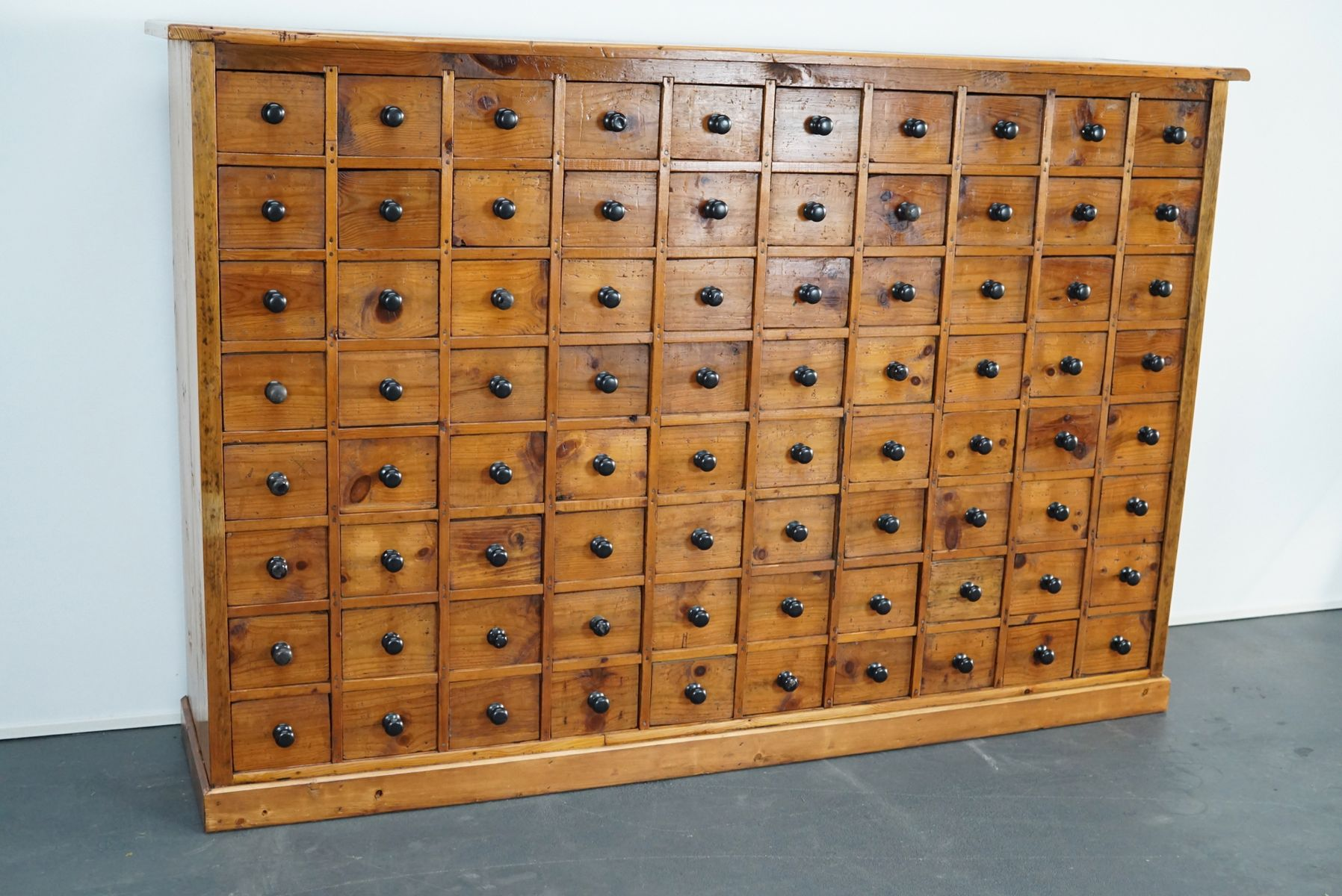 armoire d apothicaire ou meuble a tiroirs en pin pays bas 1940s