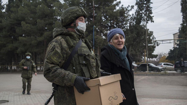 Военнослужащий российского центра по примирению враждующих сторон раздает гуманитарную помощь жителям города Мартакерт в Нагорном Карабахе - РИА Новости, 1920, 09.01.2021