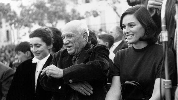 Пабло Пикассо с женой Жаклин и итальянская актриса Лючия Бозе (справа). 1961 год