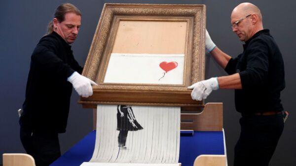 Сотрудники музея Frieder Burda с самоуничтожившейся картиной Бэнкси Любовь в мусорной корзине, Германия. 4 февраля 2019