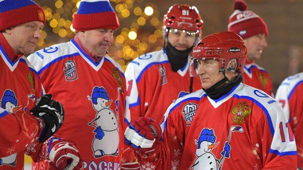 Путин вышел на лед в матче Ночной хоккейной лиги на Красной площади
