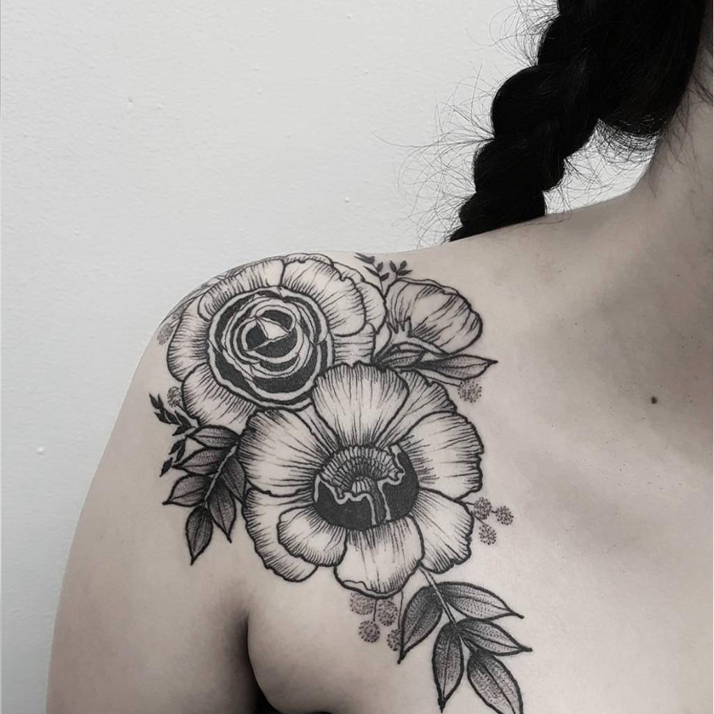 Tatouage épaule Fleurs Stylisées  20 Tatouages à Porter