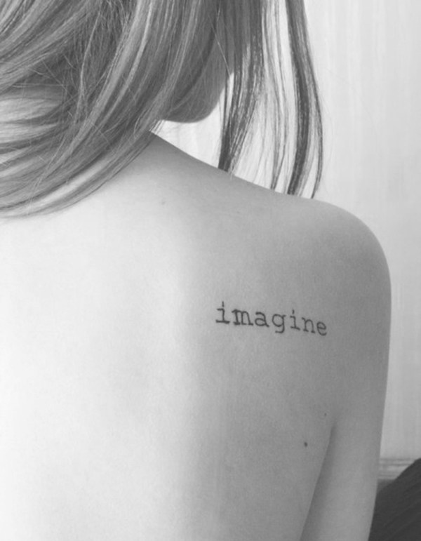 tatouage phrase sur l'omoplate