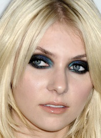 Taylor Momsen smoky eye makeup