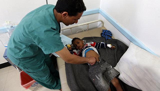 Йеменский врач проверяет ребенка подозреваемого в заражении холерой. Архивное