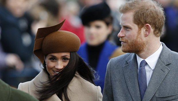 Актриса Меган Маркл и Британский принц Гарри перед традиционной рождественской службой королевской семьи в церкви Св. Марии Магдалины в С