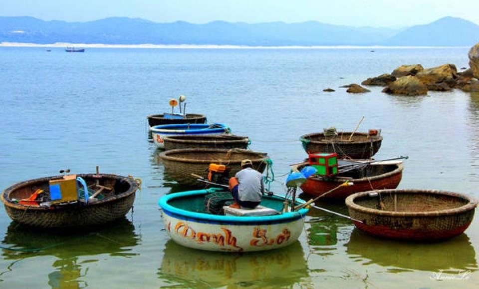 Người Từ Nham chủ yếu đi thuyền thúng và ghe nhỏ, đánh bắt cá tôm, câu mực gần bờ.