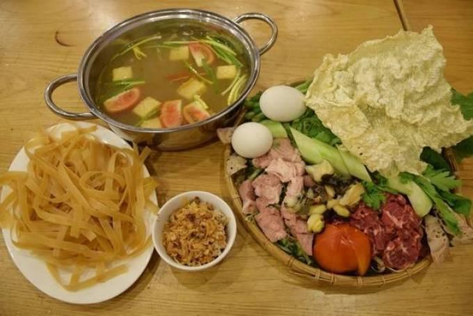Lẩu riêu cua bắp bò Lẩu riêu cua bắp bò sườn sụn là món ăn quen thuộc của miền Bắc trong mùa đông, vào Sài Gòn thì được nhiều người trẻ yêu thích. Nồi nước lẩu và mẹt nguyên liệu hấp dẫn bạn từ khi món ăn được mang ra. Nước dùng là bí quyết quan trọng nhất với món này, phải ngọt sắc vị của gạch cua giã nhỏ, chua thanh của cà chua và sấu. Món này được bán ở đường Tú Xương, Trương Định, Hồng Hà… Giá một nồi cho 4 người ăn là 300.000 đồng.