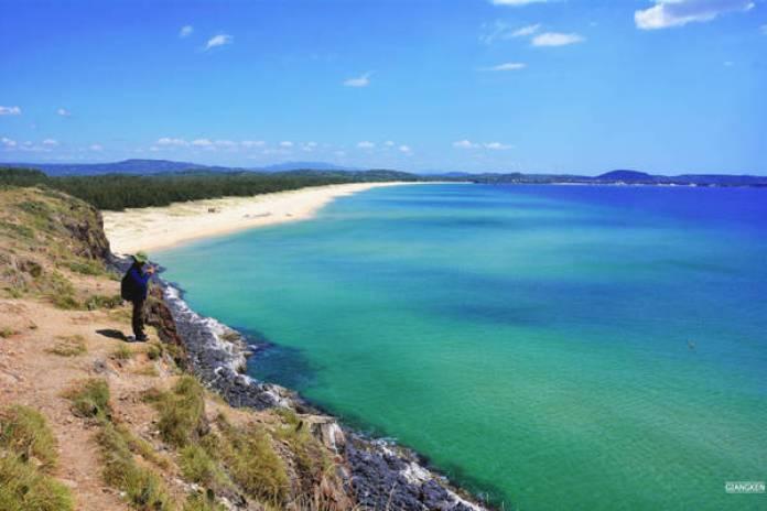 Như trong giấc mơ của tuổi nhỏ, khi đặt chân tới đỉnh đồi cao, biển lại đột ngột hiện ra trước mắt, kỳ vĩ, rộng lớn và xanh một màu xanh kỳ diệu.
