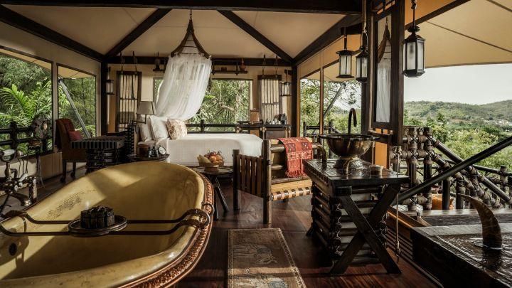 Phòng nghỉ kiểu lều trại với không gian mở nhìn ra quang cảnh tuyệt đẹp của biên giới với Myanmar và những dãy núi của Lào.