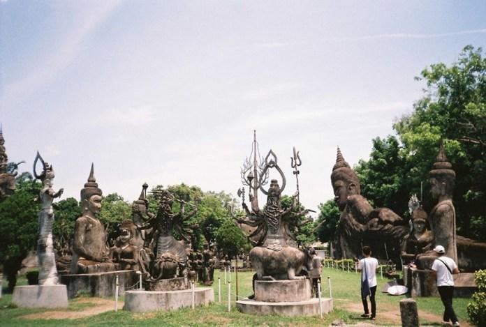 Vườn tượng Phật: Vườn tượng Phật còn được gọi là Xieng Khuan, nằm cách Viêng Chăn khoảng 25 km, có hơn 200 bức tượng là tác phẩm điêu khắc Phật giáo và Hindu. Nơi đây được Bunleua Sulilat xây dựng vào năm 1958, đến năm 1978, ông vượt biên sang Thái Lan và xây dựng công viên Sala Keoku với chủ đề tương tự. Các tác phẩm nổi bật tại vườn tượng Phật có thể kể đến như tượng Phật nằm, dài 40 m, tượng thần Indra cưỡi voi 3 đầu hay tháp bí ngô. Ảnh: Tripsavvy.