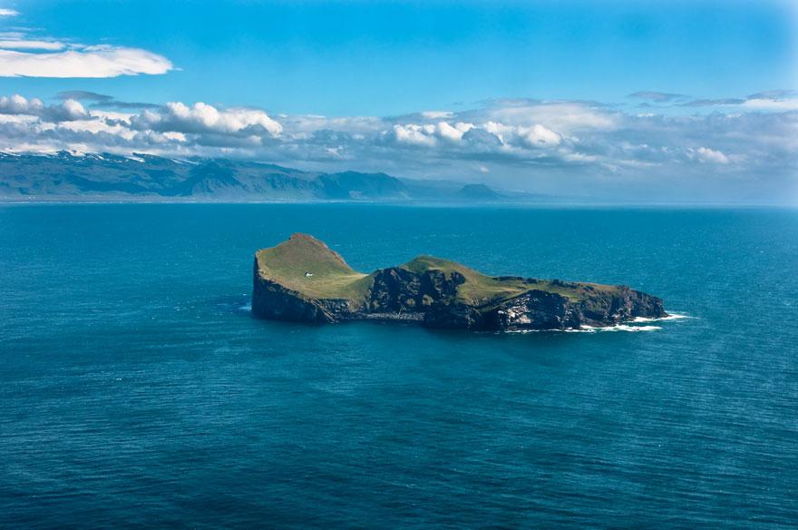 Resultado de imagen de diminuta isla habitada en islandia