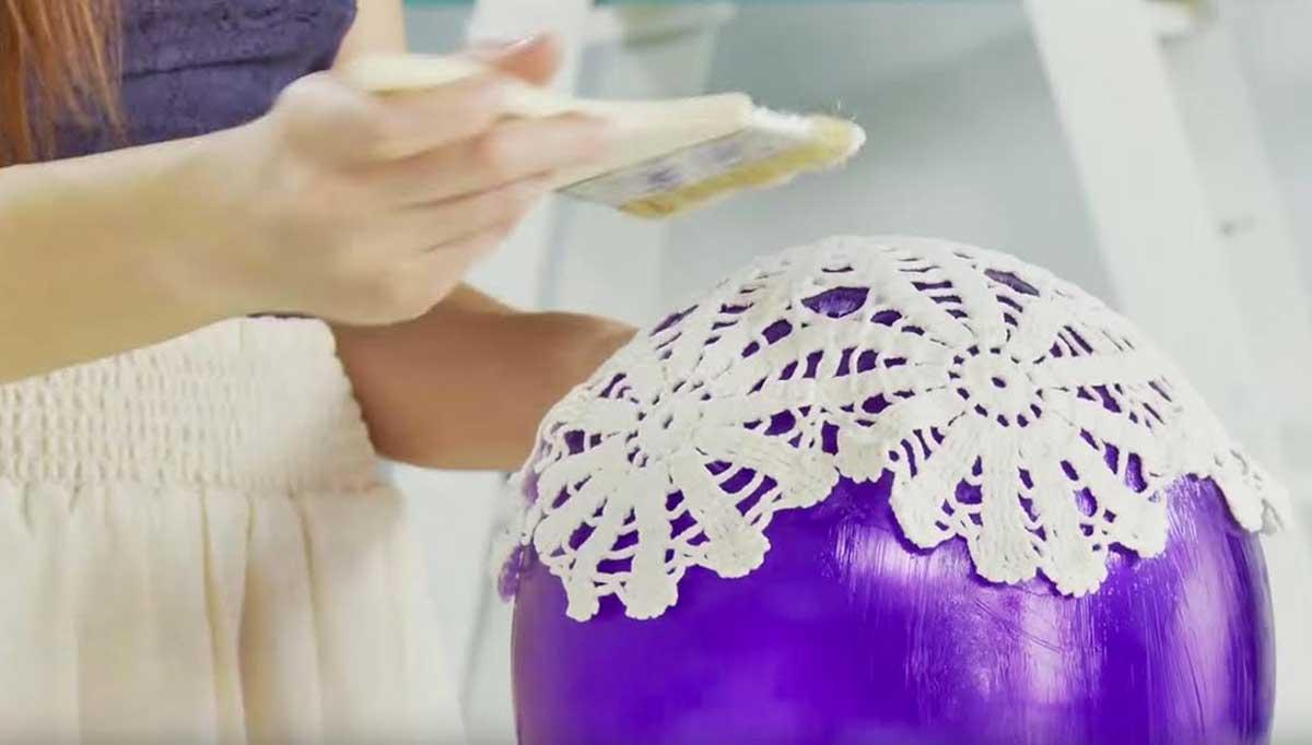 Ella peg blondas en un globo y cre un hermoso objeto