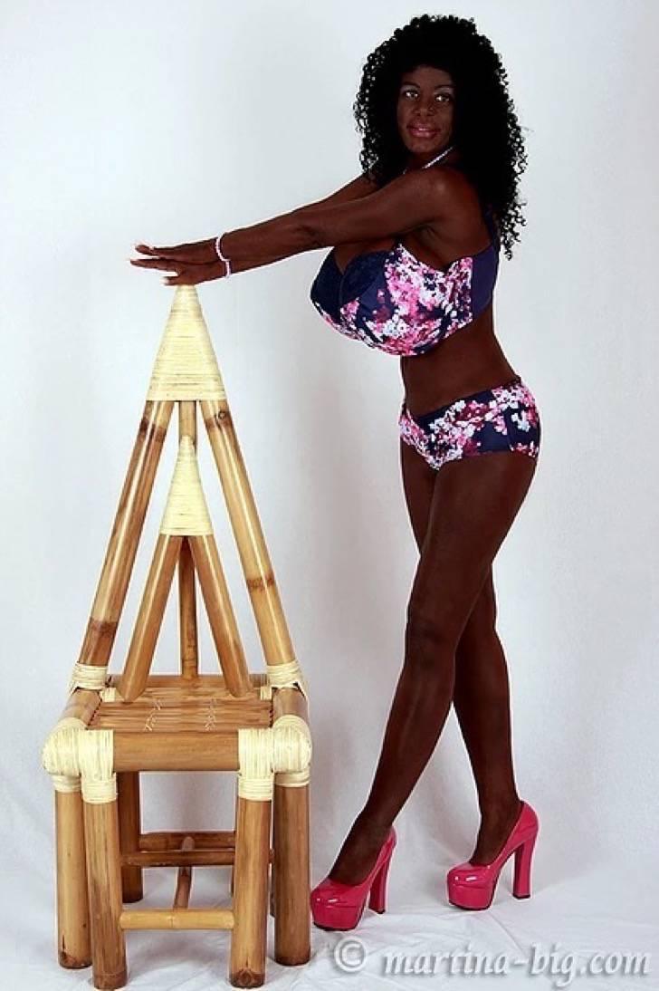 Captura de pantalla 2018 05 10 a las 7.24.08 a.m. - Elle a changé d'ethnie: 12 photos d'une Allemande timide qui a abandonné son teint pâle pour devenir une barbie exotique à la peau noire