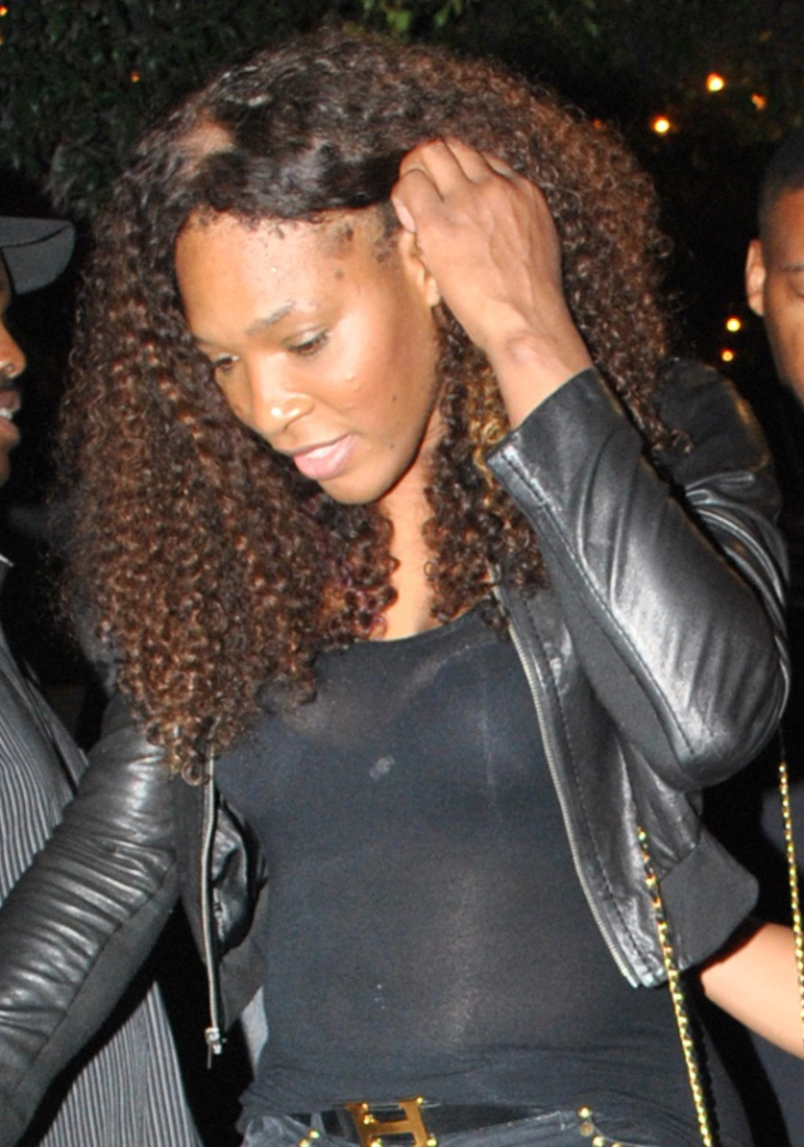 6 33 - 15 veces que a las famosas se les notó el cabello falso. Beyoncé tuvo que sujetar su peluca