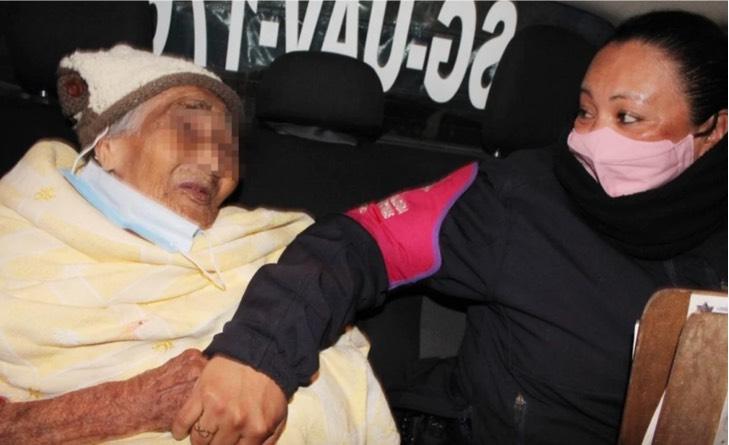 """Captura de Pantalla 2021 01 06 a las 15.55.11 - La sacaron a """"tomar sol"""" dicen los culpables: Rescatan a anciana de 90 años abandonada en la calle"""