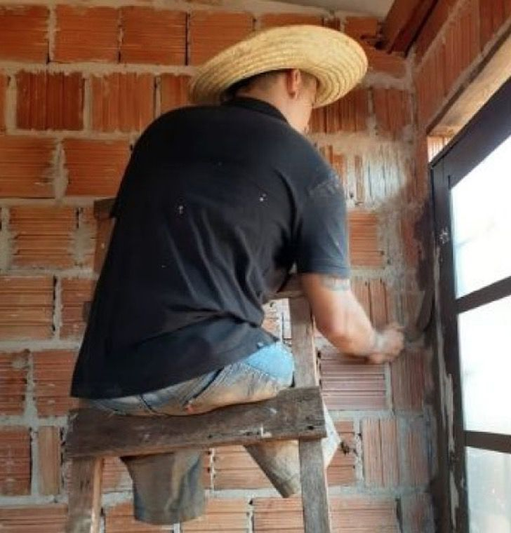 Captura de Pantalla 2021 01 25 a las 10.54.32 - A pesar de no tener piernas construye un hogar para su familia. Por ellos hace lo que falte