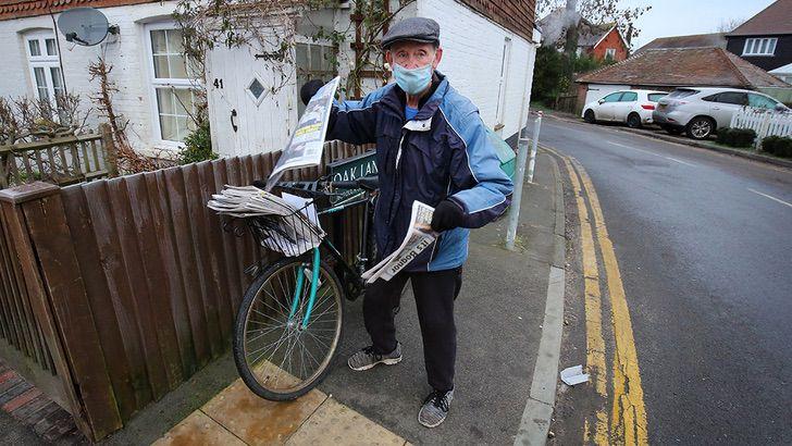 602b860a59bf5b4fa2192b84 1 - Repartidor de periódicos recibe una bicicleta eléctrica a sus 80 años. Pospondrá su jubilación