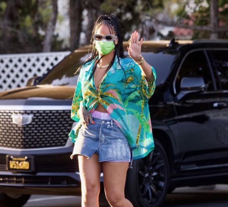 1 87 - Rihanna sorprende de compras en elegantes tacones. Se nota desde lejos que es toda una diva