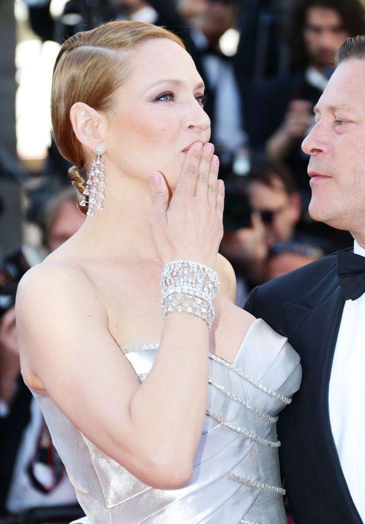 11 43 - 23 famosas que lanzan besos apenas ven una cámara cerca. Emma Watson es toda una profesional