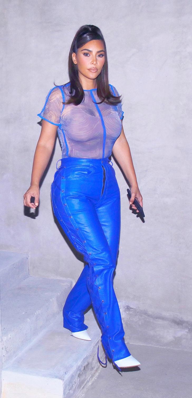15 44 - 20 famosas que usaron blusas transparentes en público. Bella Hadid olvidó el sujetador en casa