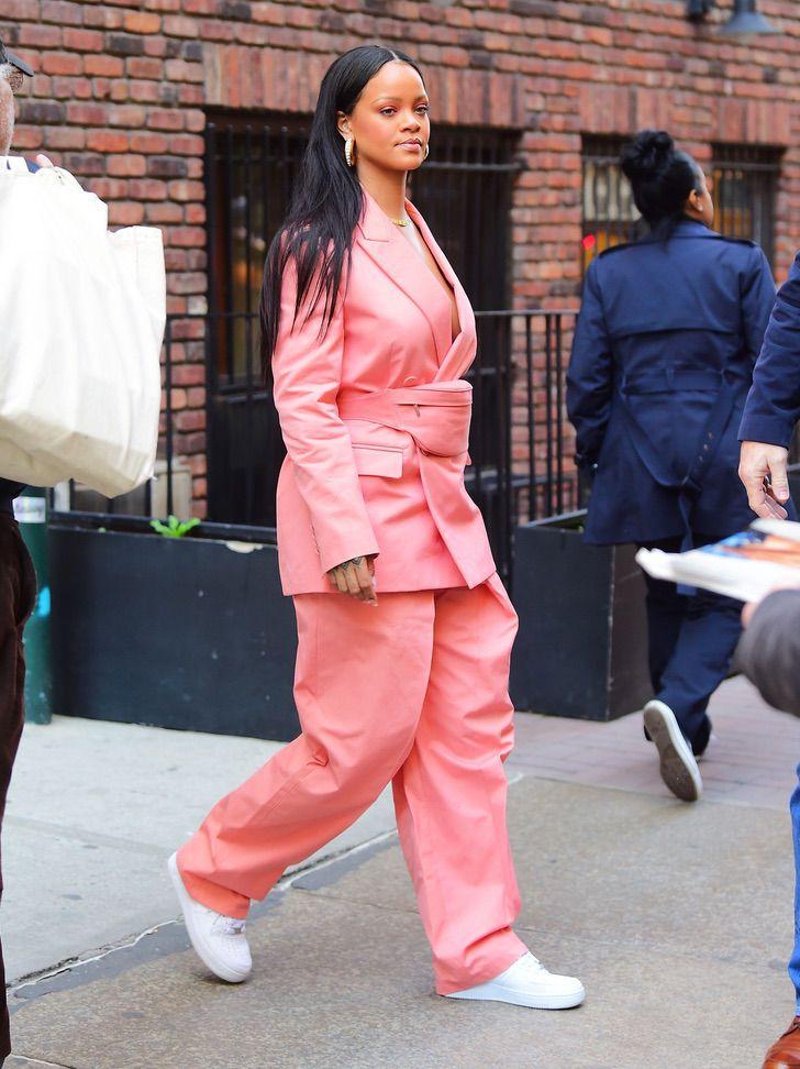 19 25 - 22 veces que las famosas se lucieron con trajes coloridos. Kendall los usa sin camiseta ni sujetador