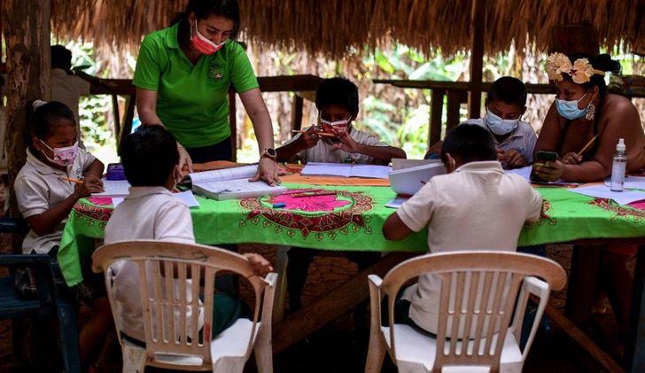 Captura de Pantalla 2021 03 15 a las 18.00.28 - Maestra viaja en canoa para llevar educación a alumnos indígenas. No tienen conexión ni equipos
