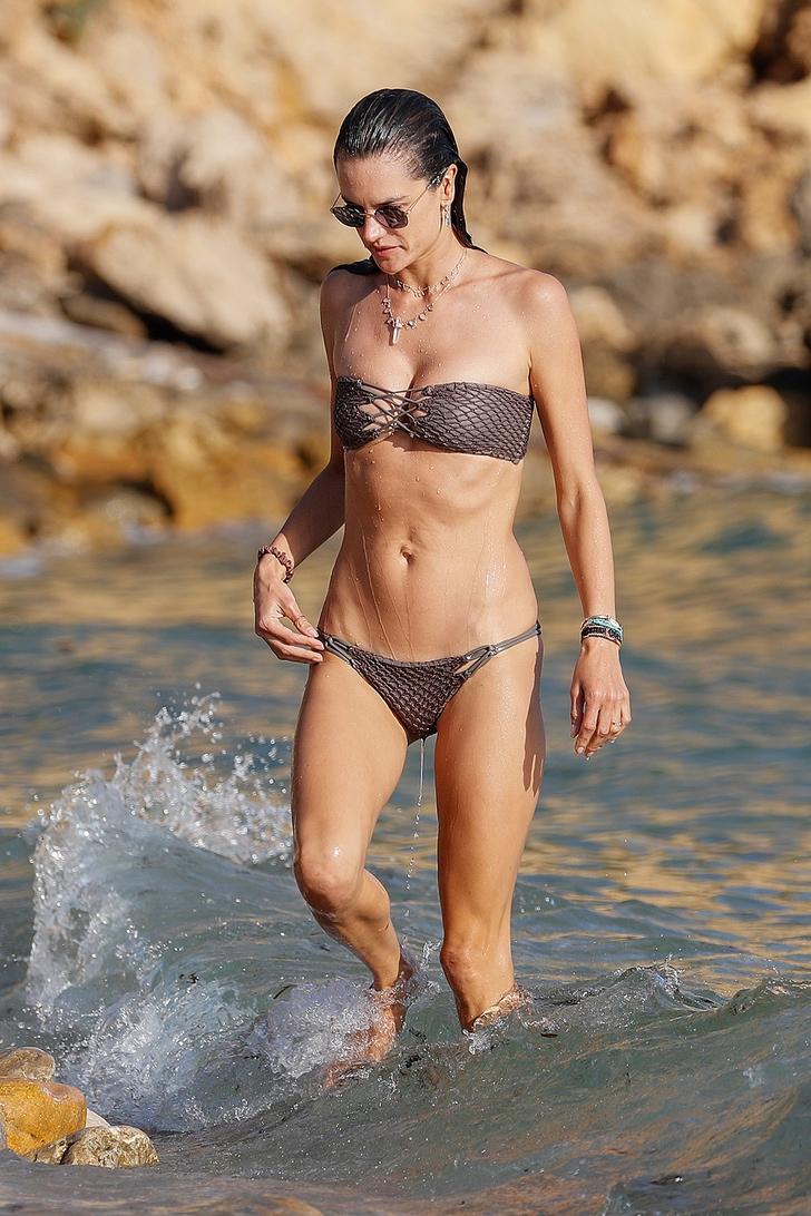 2 30 - 17 veces que las celebs usaron bikini sin tirantes. El de Kylie apenas soportaba el peso de su pecho