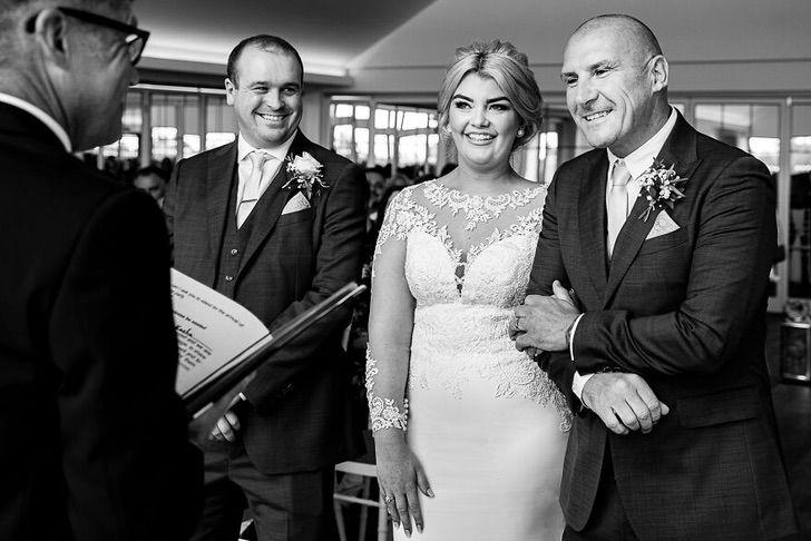 1 68 - 15 veces que los fotógrafos captaron la complicidad entre padres e hijas justo antes de sus bodas