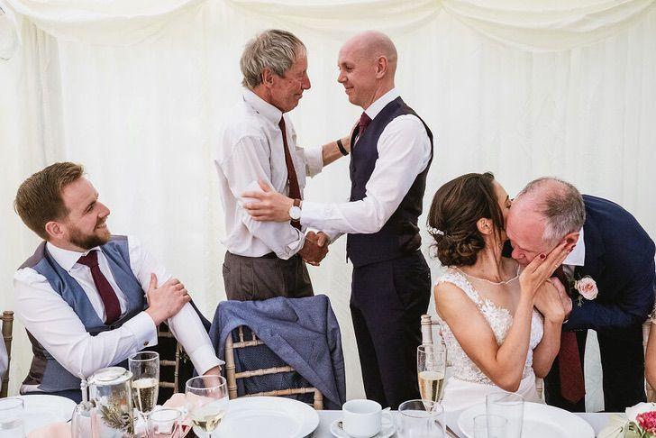 2 65 - 15 veces que los fotógrafos captaron la complicidad entre padres e hijas justo antes de sus bodas
