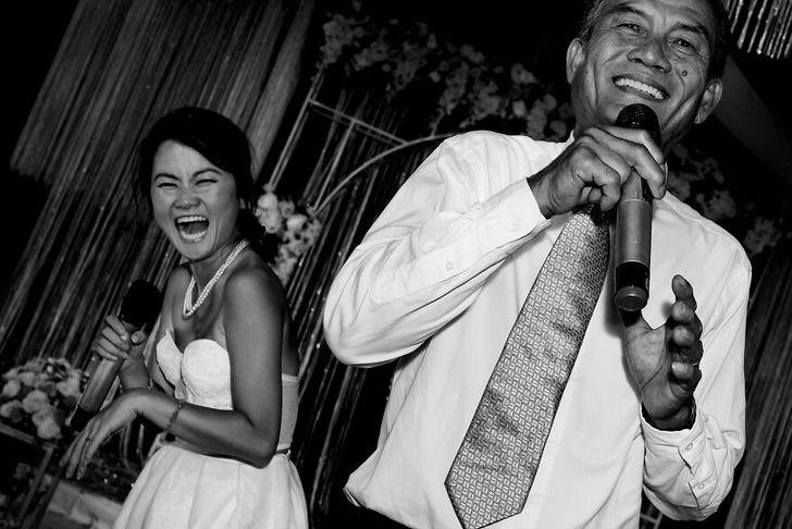 6 50 - 15 veces que los fotógrafos captaron la complicidad entre padres e hijas justo antes de sus bodas