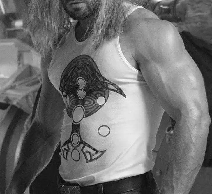 chris hemsworth brazos4 - Chris Hemsworth publicó una foto presumiendo su brazo tan musculoso que creemos que no es humano