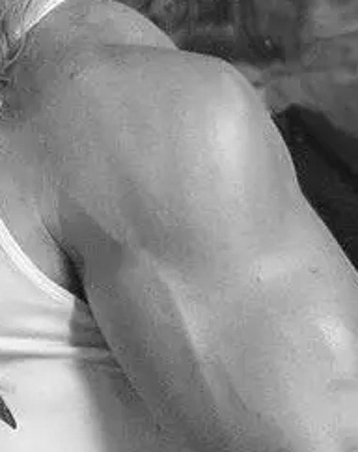 chris hemsworth brazos7 - Chris Hemsworth publicó una foto presumiendo su brazo tan musculoso que creemos que no es humano
