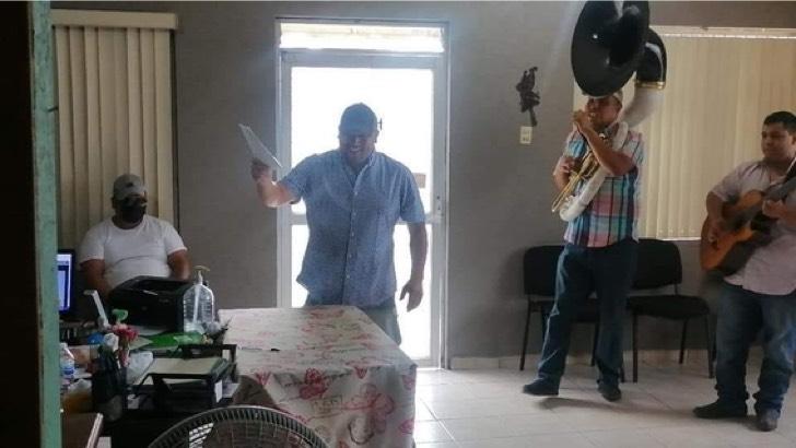 divorcio foto dos medium - Libre soy: Mexicano llegó hasta el registro civil con una banda musical para celebrar su divorcio