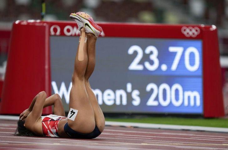 Captura de Pantalla 2021 08 06 a las 14.36.25 - Corredora sufrió una lesión, rechazó la silla de ruedas y terminó casi caminando. Espíritu olímpico
