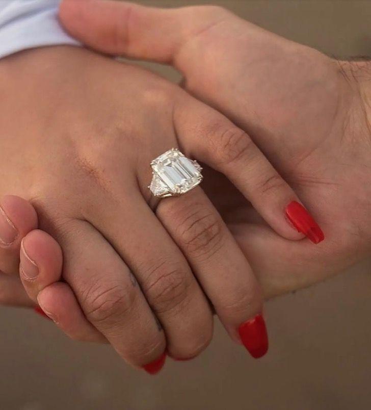 famosas anillos compromiso7 - 15 famosas y sus lujosos anillos de compromiso. El de Jennifer Lopez era bastante enorme