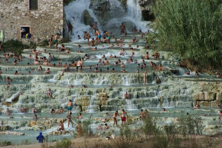 Термальные воды в горячих источниках Сатурния возле Гроссето