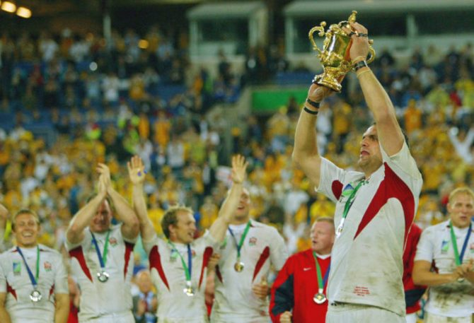 Martin Johnson holds World Cup trophy