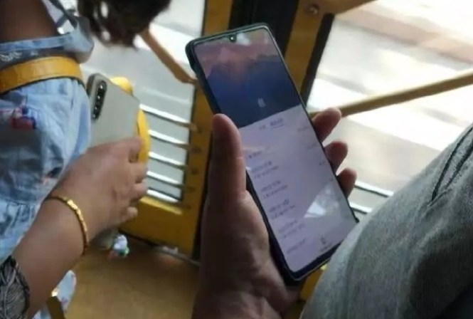 Huawei Mate 20X leaked photo of the front of the device.