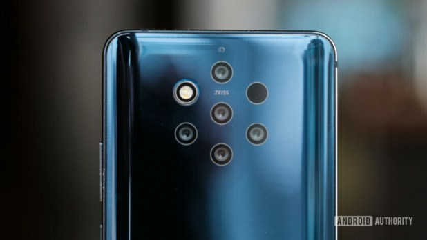 Backside of the Nokia 9 PureView focusing on the five cameras.