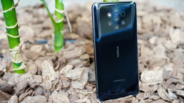 Bacskide of the Nokia 9 PureView showing the five camera setup.