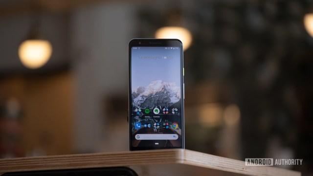 Экран Pixel 3a стоит на столе