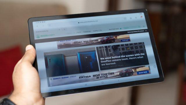Galaxy Tab S5e в руке
